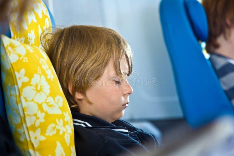 Jonge passagiersslaap in de vliegtuigen royalty-vrije stock afbeelding
