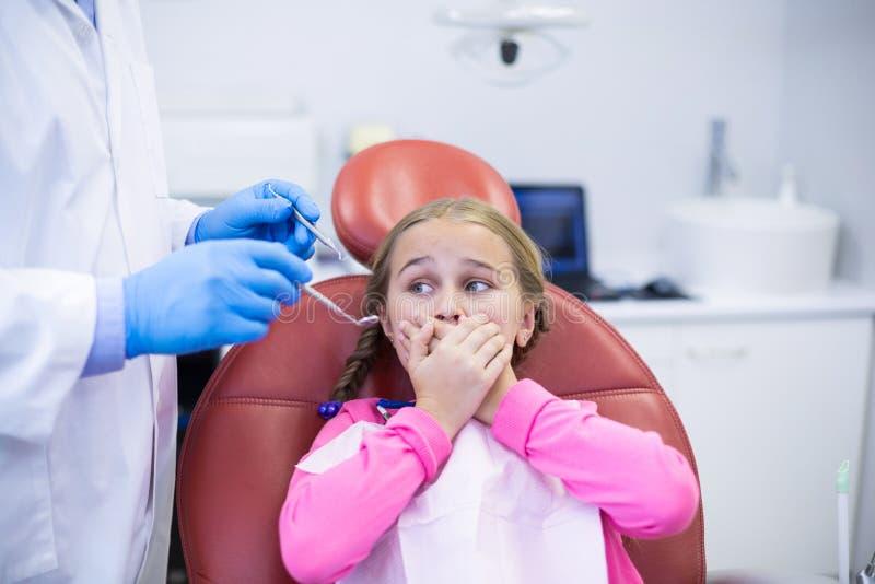 Jonge patiënt die tijdens een tandcontrole wordt doen schrikken royalty-vrije stock foto