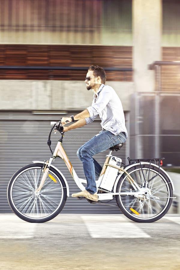 Jonge personenvervoer elektrische fiets royalty-vrije stock afbeelding