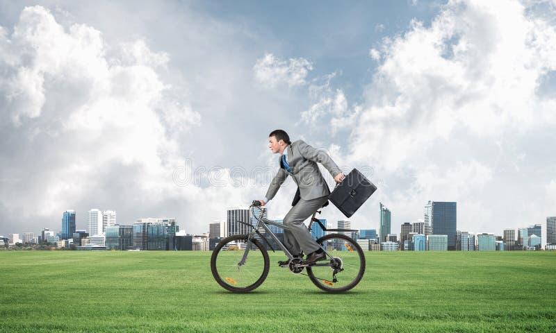 Jonge personenvervoerfiets op groen gras royalty-vrije stock afbeelding