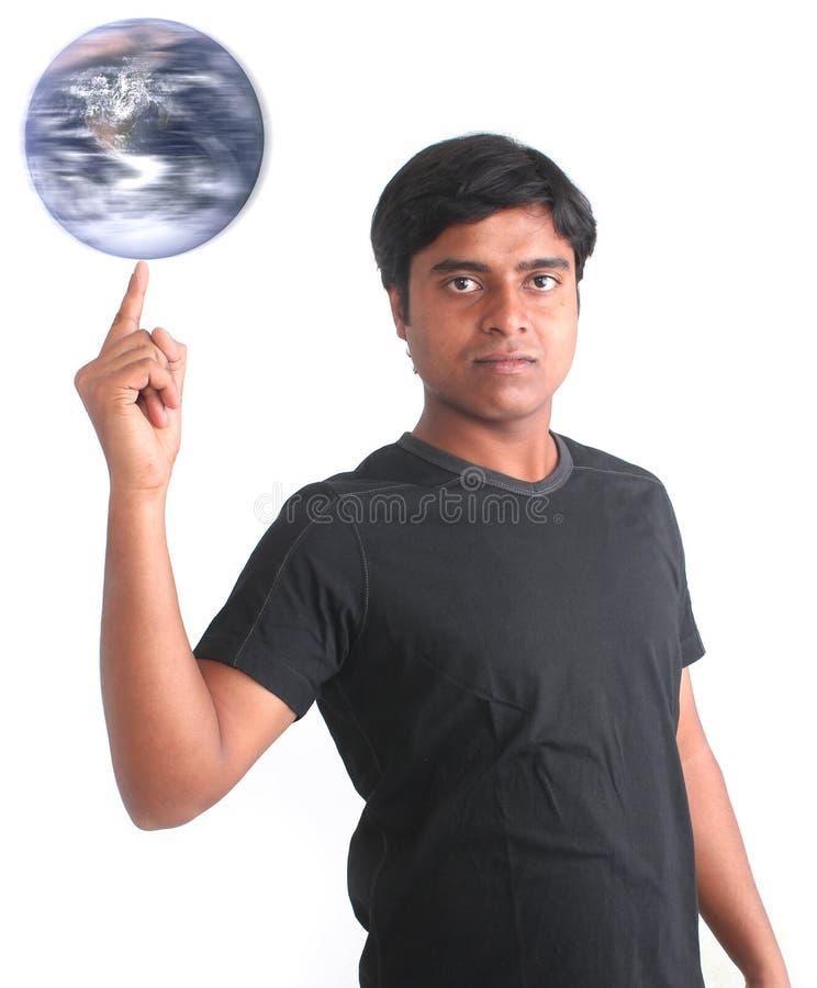 Jonge persoons spinnende wereld op zijn vingertop stock afbeeldingen