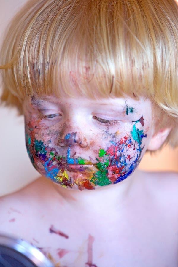 Jonge peuter omvat in gezichtsverf stock afbeelding