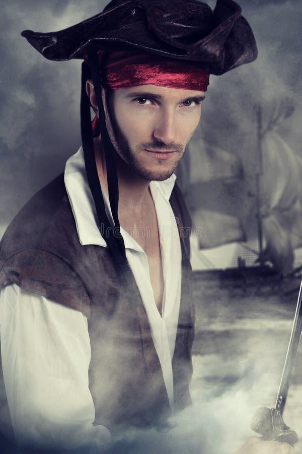Jonge piraat die een zwaard houden royalty-vrije stock foto