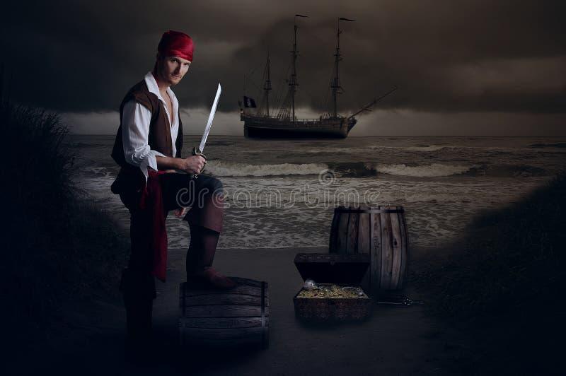 Jonge piraat die zijn voet op een vat stellen stock afbeeldingen