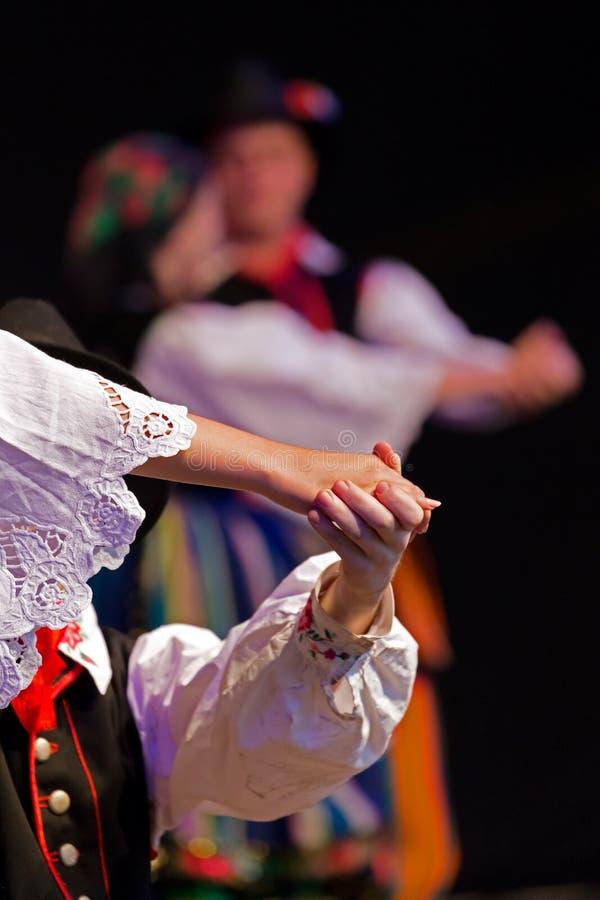 Jonge Poolse dansers in traditioneel kostuum royalty-vrije stock afbeelding