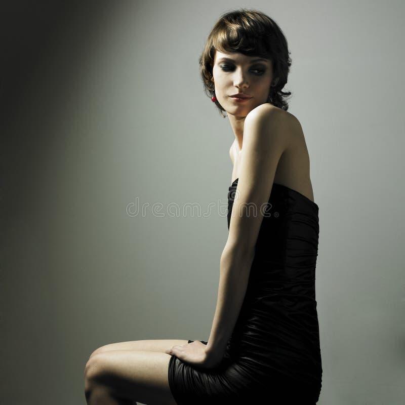 Jonge prachtige dame in elegante kleding royalty-vrije stock afbeeldingen