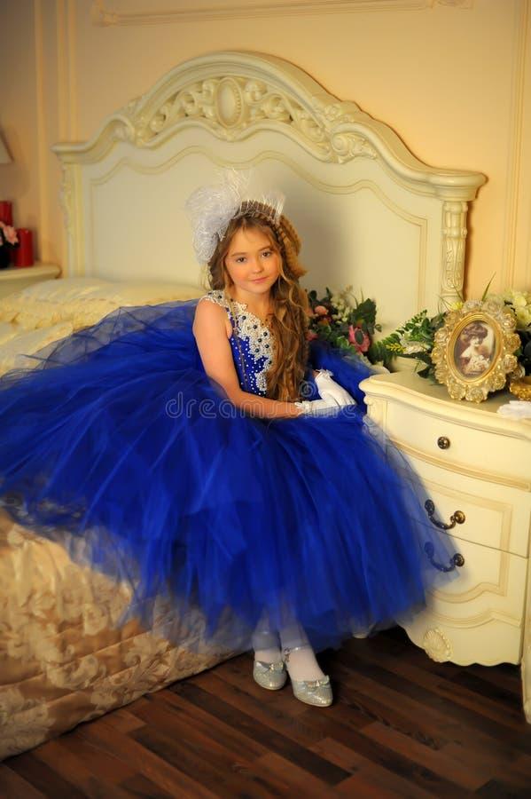 Jonge prinses in een blauwe avondjurk royalty-vrije stock afbeeldingen