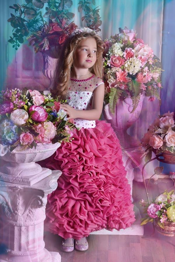 Jonge prinses onder de bloemen stock foto's