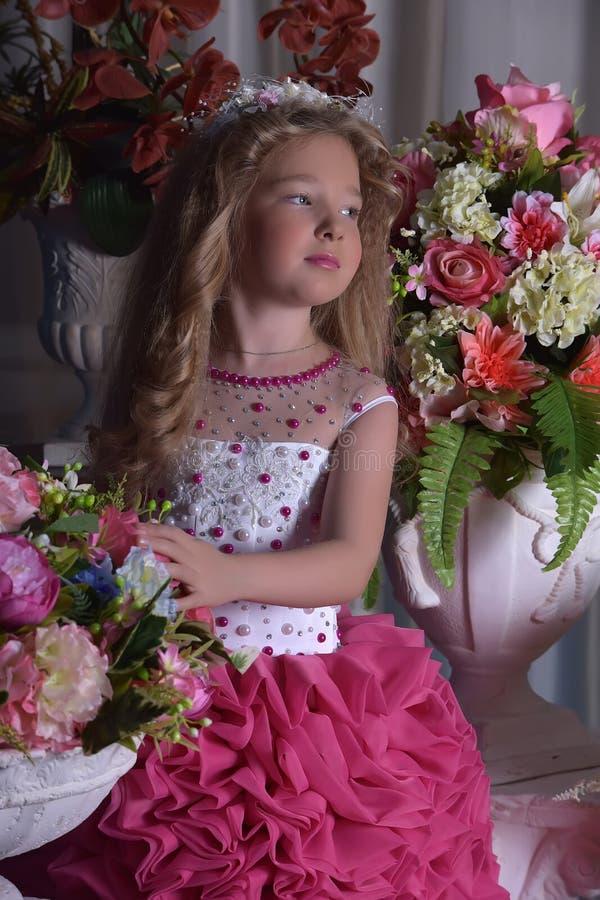 Jonge prinses onder de bloemen royalty-vrije stock foto's