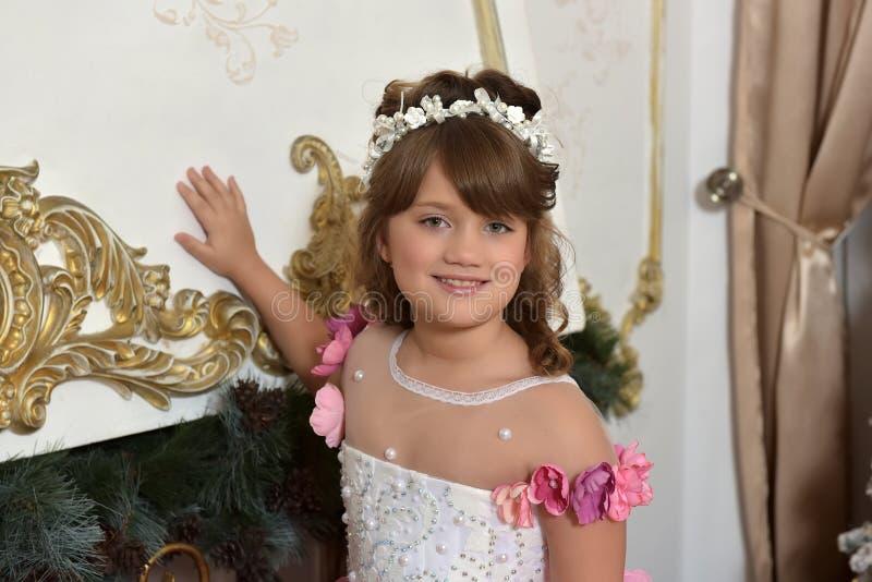 Jonge prinses in wit met elegante kleding stock afbeeldingen