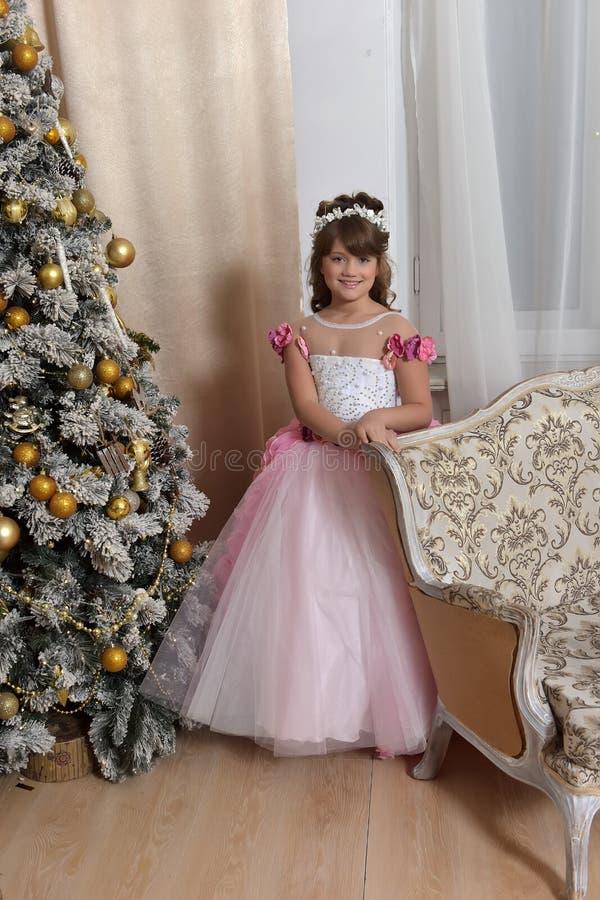 Jonge prinses in wit met roze kleding royalty-vrije stock foto's