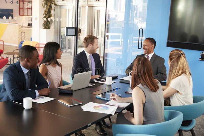 Jonge professionele collega's op een commerciële vergadering stock foto