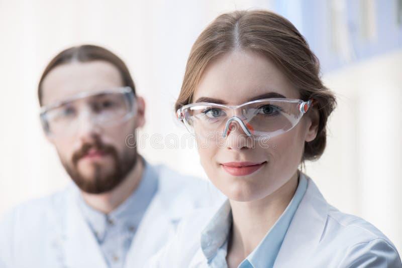 Jonge professionele wetenschappers royalty-vrije stock foto's