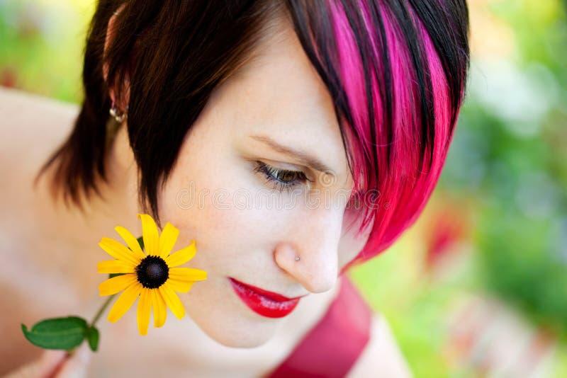 Jonge punkvrouw in de tuin royalty-vrije stock afbeeldingen