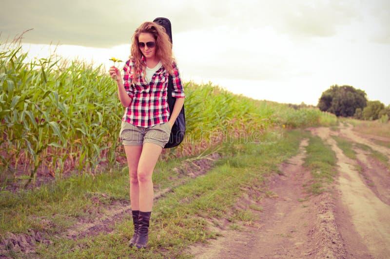Jonge redhead vrouw met gitaar royalty-vrije stock foto