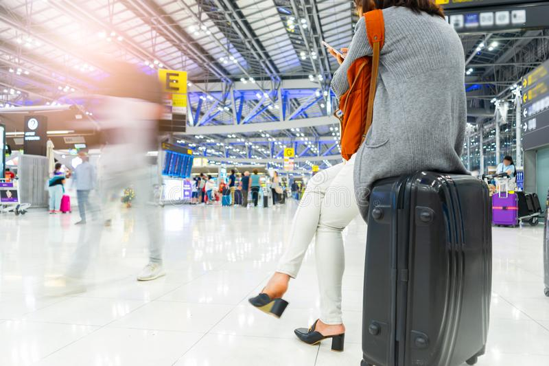Jonge reismeisje die op het vliegveld zwaait stock afbeeldingen