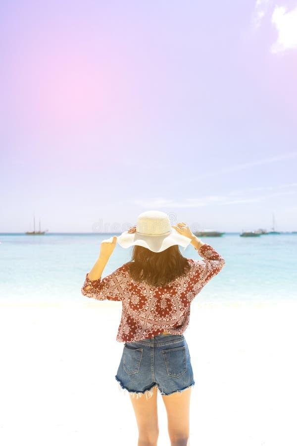 Jonge reismeisje op het strand in Phuket, Thailand stock fotografie