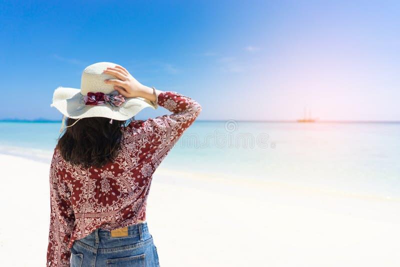 Jonge reismeisje op het strand in Phuket, Thailand stock afbeeldingen