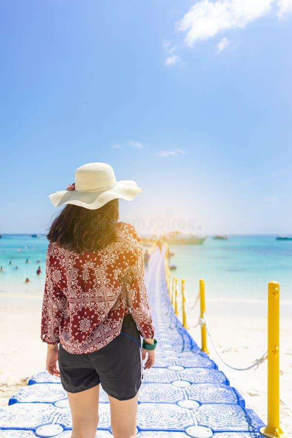 Jonge reismeisje op het strand in Phuket, Thailand royalty-vrije stock foto
