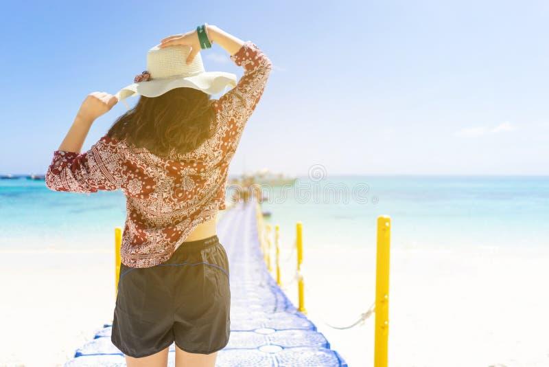 Jonge reismeisje op het strand in Phuket, Thailand royalty-vrije stock foto's