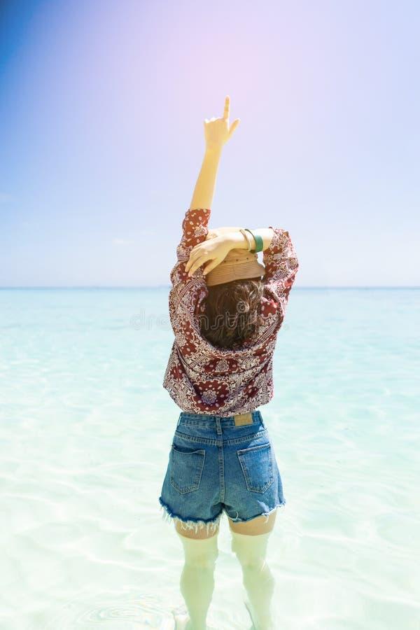 Jonge reismeisje op het strand in Phuket, Thailand stock foto's