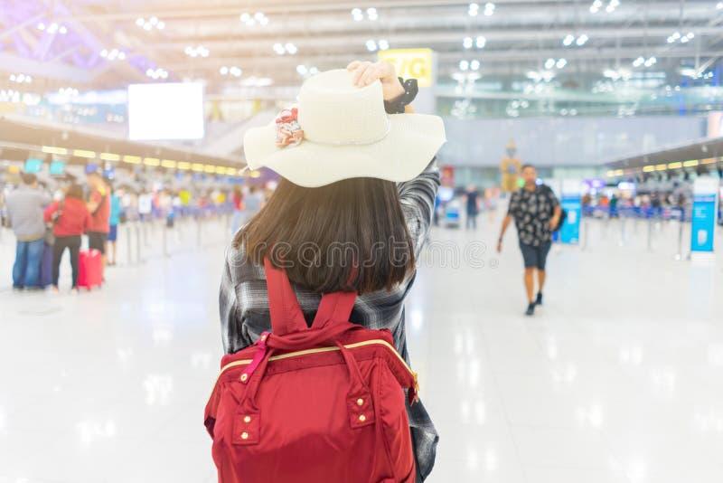 Jonge reismeisje op vliegveld royalty-vrije stock foto's