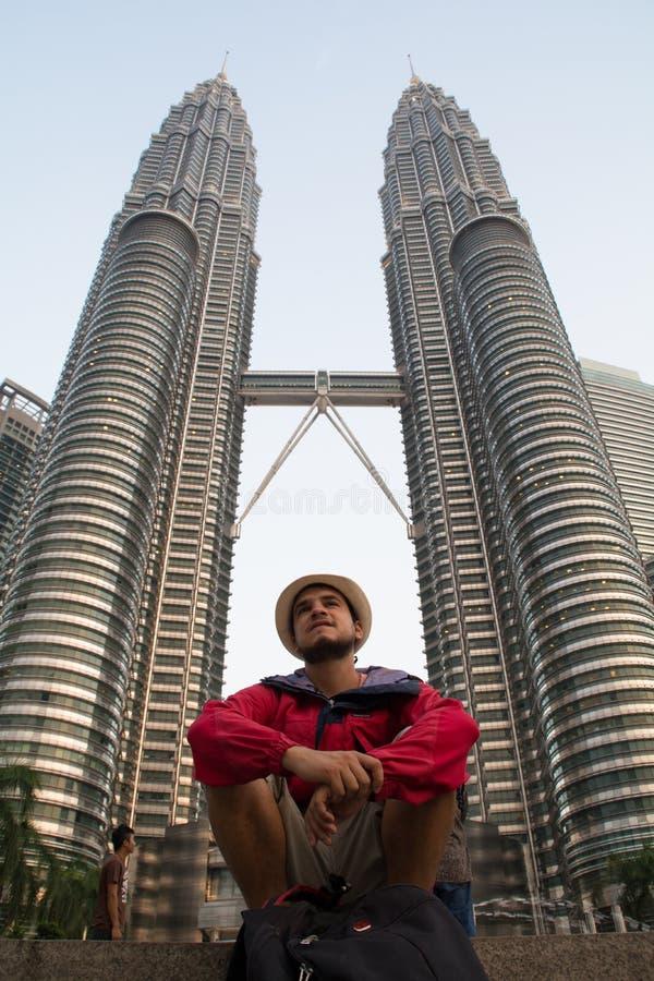 Jonge Reiziger in de Tweelingtorens Petronas en hemelbrug in Mayl 18, 2013, Kuala Lumpur, Maleisië stock foto's