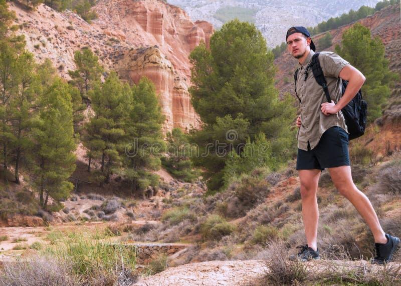 Jonge reiziger die het Spaanse platteland onderzoeken stock afbeeldingen
