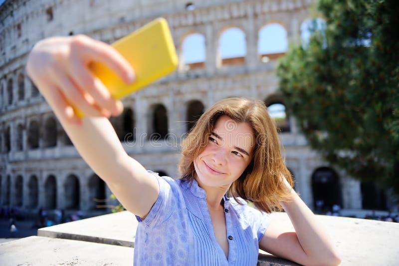 Jonge reiziger die selfie foto maken die Colosseum in Rome bevinden zich stock fotografie