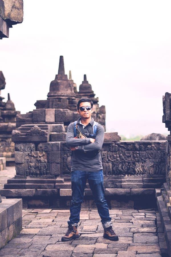 Jonge Reiziger die zich in Borobudur-Tempel bevinden stock afbeelding