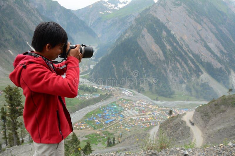 Jonge reiziger die zich op berg bevinden royalty-vrije stock afbeelding