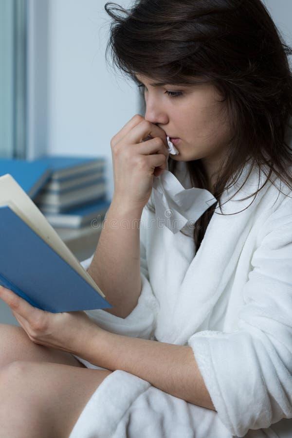 Jonge Romaanse vrouwenlezing stock foto