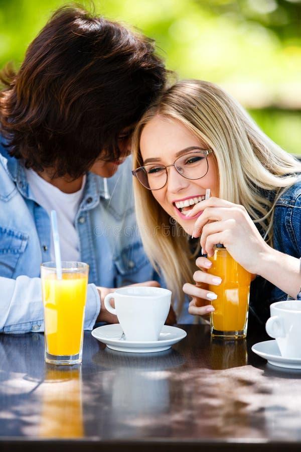 Jonge romantische paar het besteden tijd samen - zitting in koffie ` s stock foto