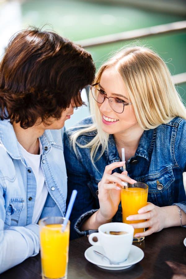 Jonge romantische paar het besteden tijd samen - zitting in koffie ` s stock fotografie