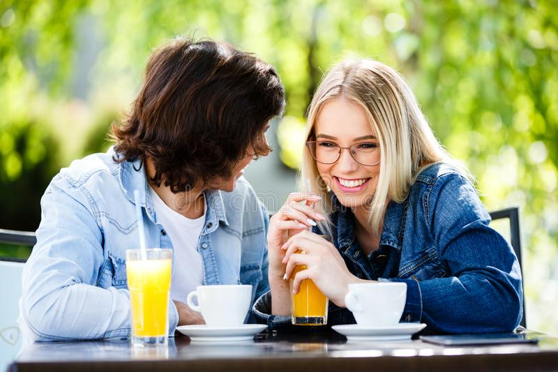 Jonge romantische paar het besteden tijd samen - zitting in koffie ` s stock foto's