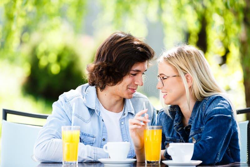 Jonge romantische paar het besteden tijd samen - zitting in koffie ` s royalty-vrije stock fotografie