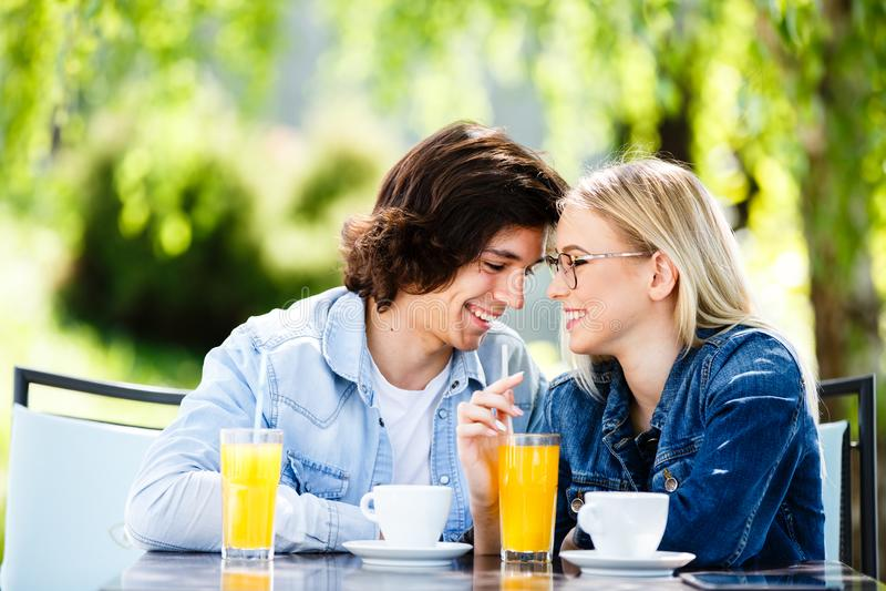 Jonge romantische paar het besteden tijd samen - zitting in koffie ` s stock afbeelding