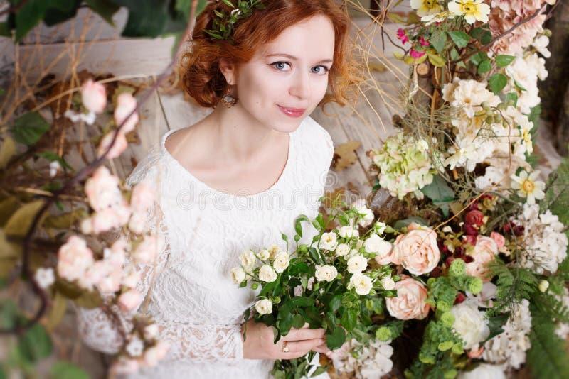 Jonge roodharige bruid in een groene kroon royalty-vrije stock afbeeldingen
