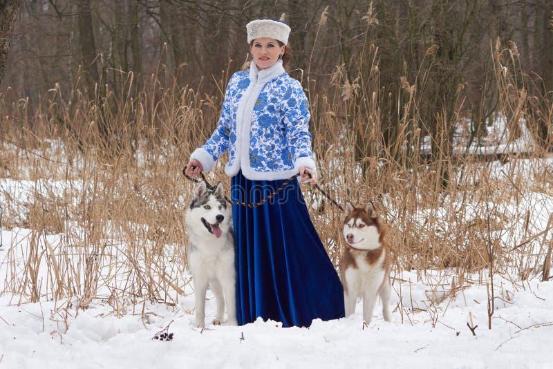 Jonge Russische vrouw met twee honden stock foto