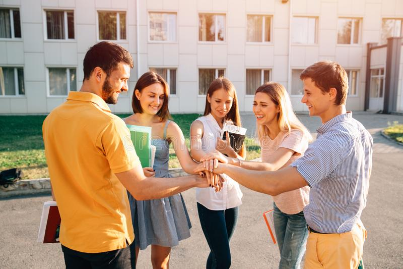 Jonge samen gestapeld van Teamstudenten handen Vrolijk concept royalty-vrije stock foto's
