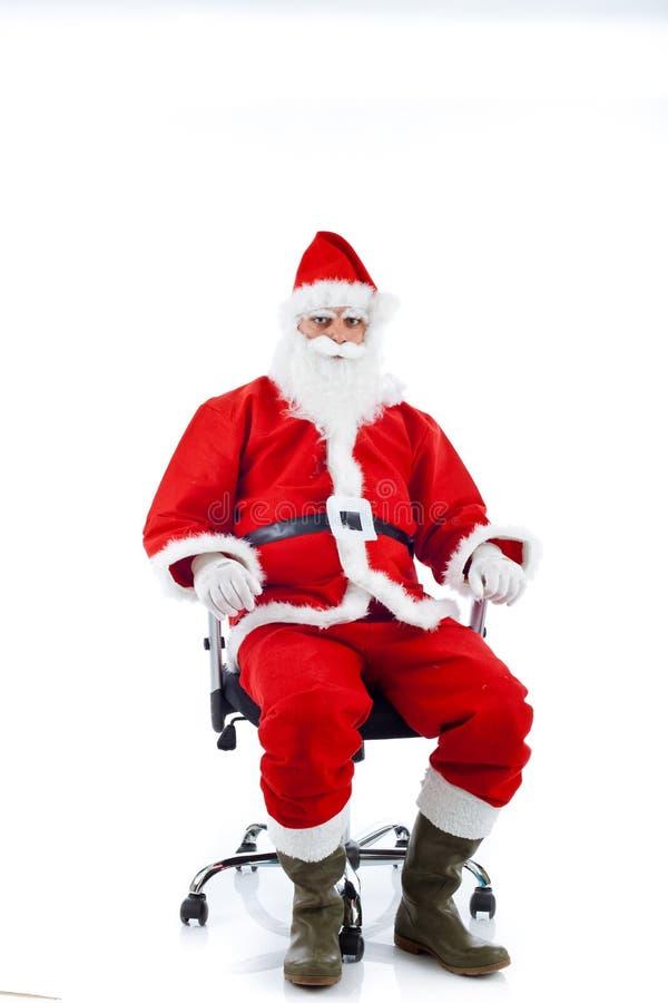 Jonge Santa Claus-zitting op een bureaustoel. royalty-vrije stock foto