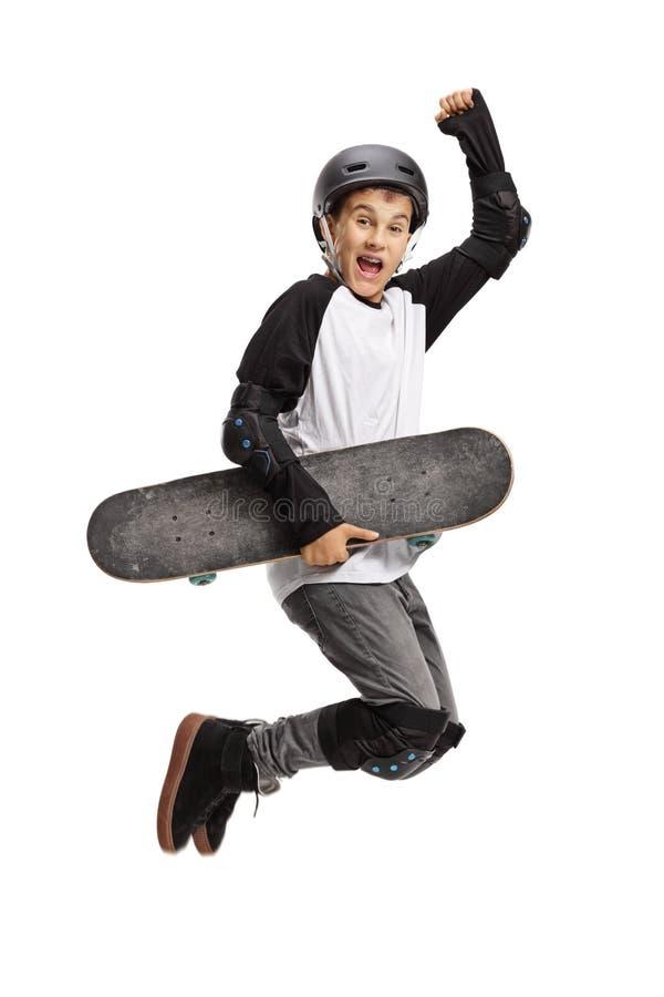 Jonge schaatser die een skateboard en het springen houden royalty-vrije stock afbeeldingen