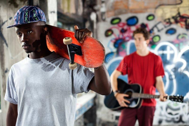 Jonge schaatser klaar om zijn vaardigheden in een stedelijke plaats te tonen royalty-vrije stock afbeelding
