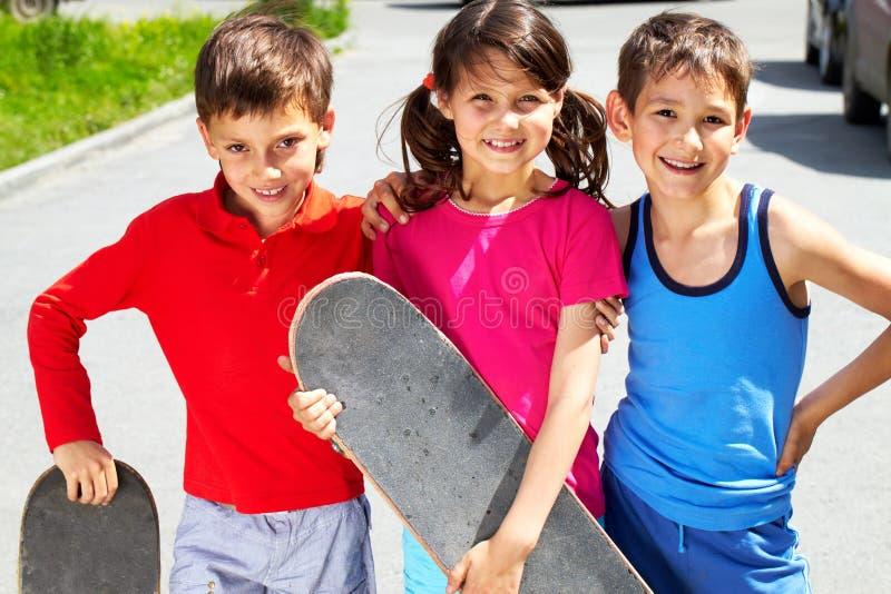 Jonge schaatsers stock foto's