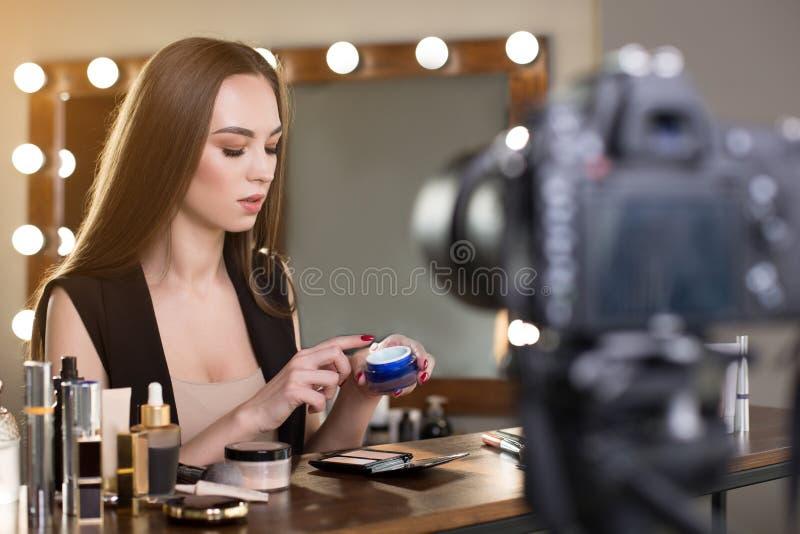 Jonge schoonheid blogger met make-upleerprogramma stock afbeeldingen