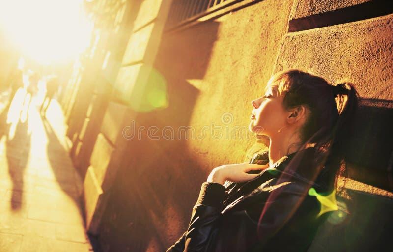 Jonge schoonheid in zon stock afbeelding