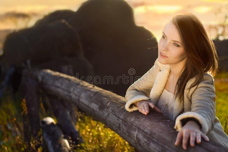 Jonge schoonheidsvrouw bij landbouwbedrijf stock foto's