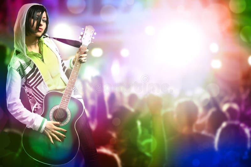 Jonge schoonheidsvrouw met gitaar royalty-vrije stock foto