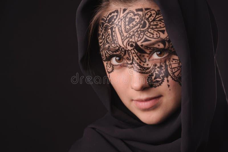 Jonge schoonheidsvrouw met tracery op het gezicht royalty-vrije stock afbeeldingen