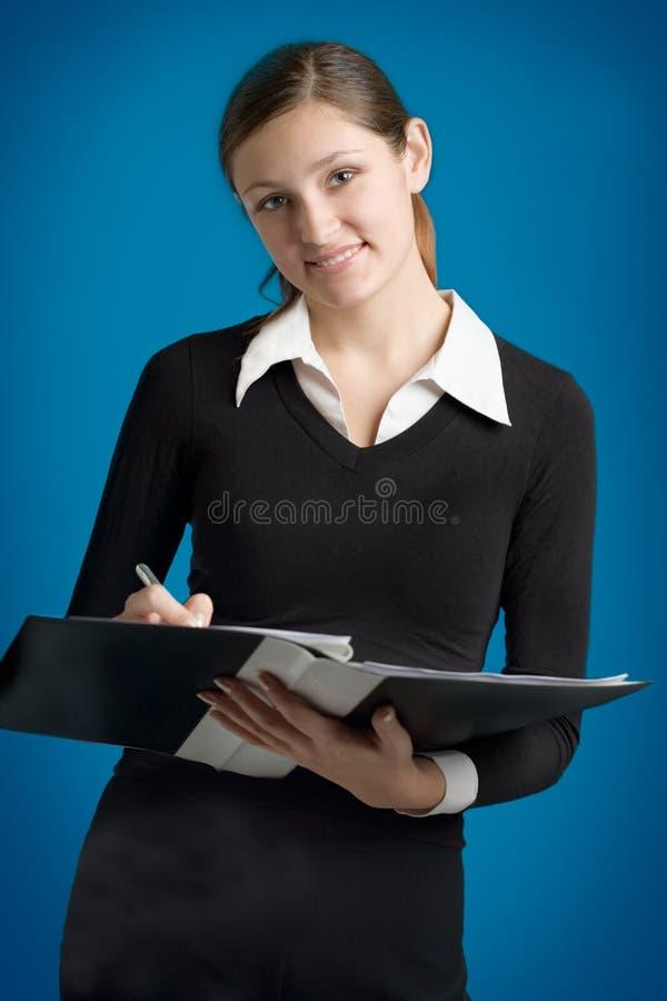Jonge secretaresse of bedrijfsvrouw met pen en omslag royalty-vrije stock afbeelding